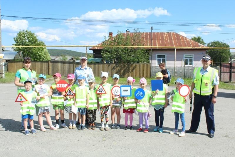 Сотрудники ГИБДД проводят акцию «Без вас не получится!», посвящённую безопасности детей
